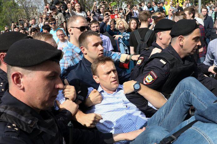 Navalny wordt weggedragen door de politie tijdens een demonstratie in Moskou in 2018.
