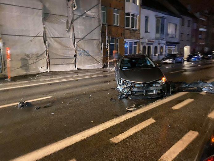 De bestuurder van deze wagen verliet net de parking, toen hij werd aangereden door een BMW. Die laatste kwam uiteindelijk tot stilstand aan het kruispunt met de Bloemistenstraat.
