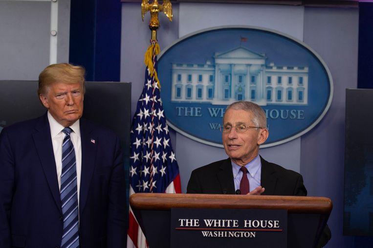 Anthony Fauci, de belangrijkste Amerikaanse wetenschapper op het gebied van besmettelijke ziekten, tijdens een persconferentie naast president Trump. Beeld Photo News