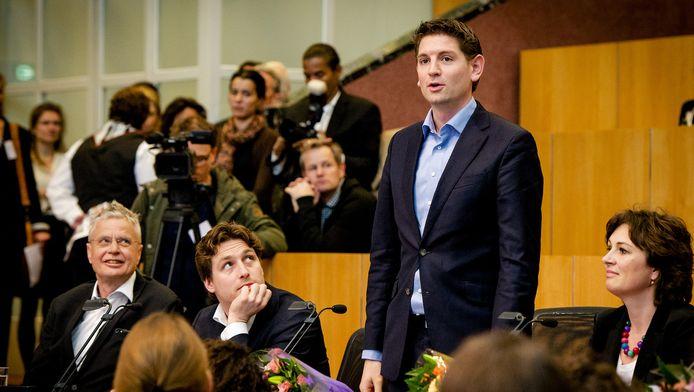 D66-lijsttrekker Jan Paternotte legt zijn eed af tijdens de installatie van nieuwe leden van de Amsterdamse gemeenteraad na de verkiezingen.