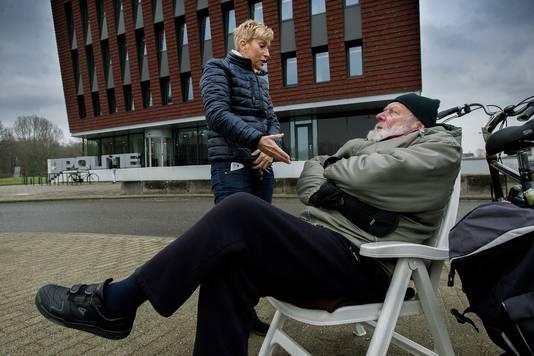 Raadslid Margret Stolk van de VSP komt geregeld langs bij Piet.