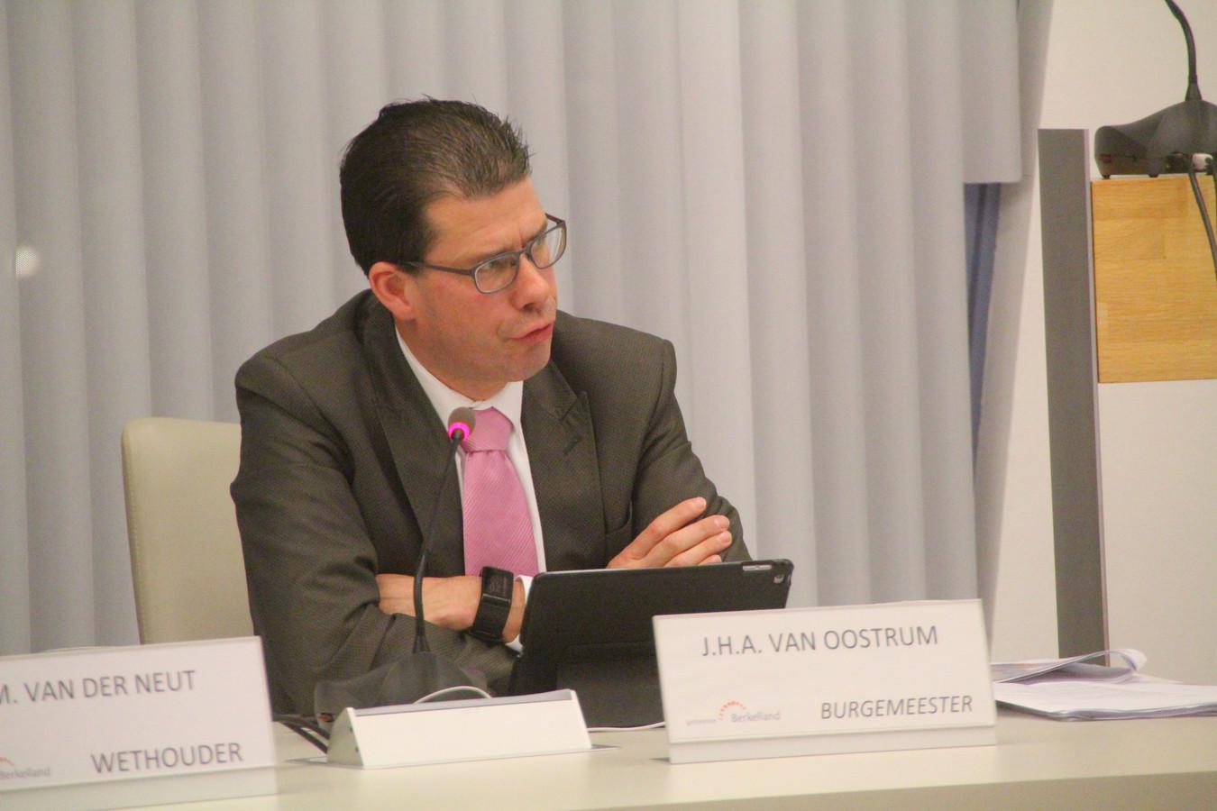 Burgemeester Joost van Oostrum wijst de kritiek van de SP Berkelland over het functioneren van de gemeenteraad tijdens de coronacrisis van de hand.
