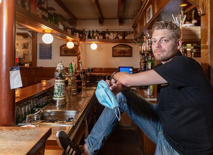Café-medewerker Jeffrey van Dalen verplicht gasten niet een mondkapje te dragen.