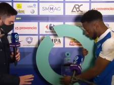 Scène cocasse en Ligue 2: un joueur tente d'embarquer le socle du trophée de l'homme du match
