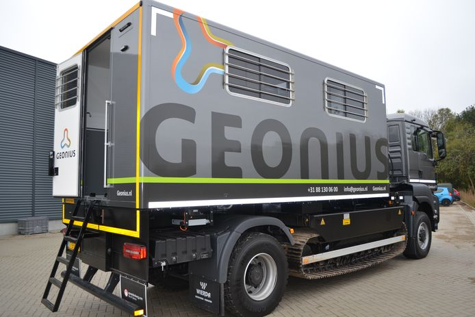 Met hulp van de kenmerkende auto die ook op rupsbanden kan rijden zijn de sonderingen in Rijen verricht.