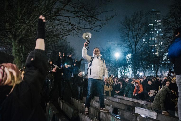 Zo'n 2.000 mensen protesteren tegen de geplande politieactie in het Maximilaanpark, Brussel. Beeld Wouter Van Vooren