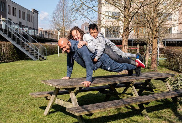Berry Powel drukt zich thuis in Amersfoort op met dochter Dominique (12) en zoon Aiden (7) op zijn rug.