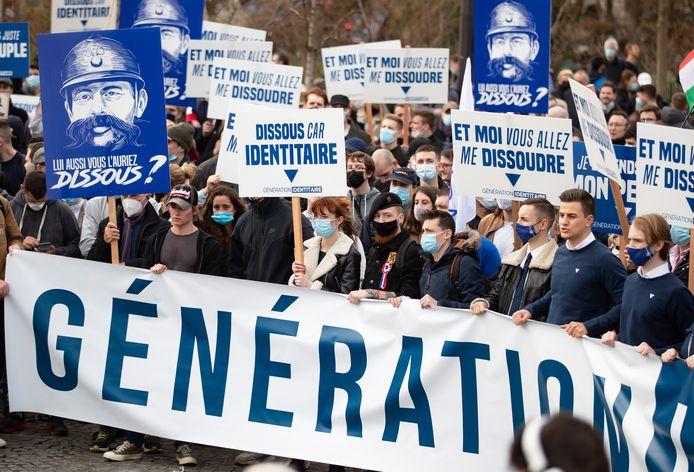 Kamerlid Dries Van Langenhove  (rechts in beeld zonder mondmasker) nam zaterdagnamiddag deel aan een betoging van de Franse extreemrechtse groepering 'Génération identitaire'.