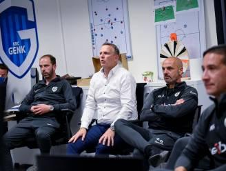 """John van den Brom speecht na afloop van de wedstrijd in Anderlecht nog even voor zijn spelers en de staf: """"Zondag kloppen we de kampioen!"""""""