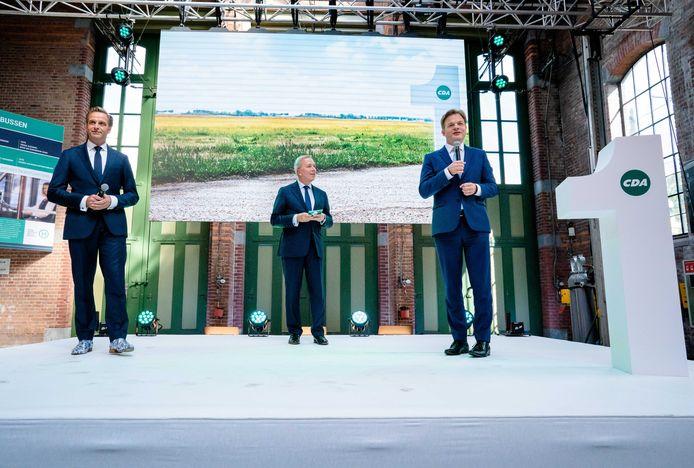 Demissionair minister Hugo de Jonge van Volksgezondheid, Welzijn en Sport (CDA), toenmalig partijvoorzitter Rutger Ploum en Pieter Omtzigt tijdens de bekendmaking van de eerste stemmingsronde voor de lijsttrekkersverkiezing.