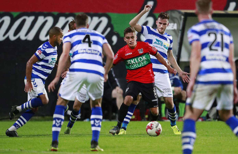 Bart van Rooij wordt tijdens zijn debuut dit seizoen bij NEC omsingeld door vier spelers van De Graafschap.