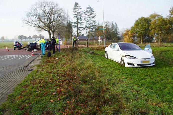 De Tesla kwam in het naastgelegen weiland tot stilstand.