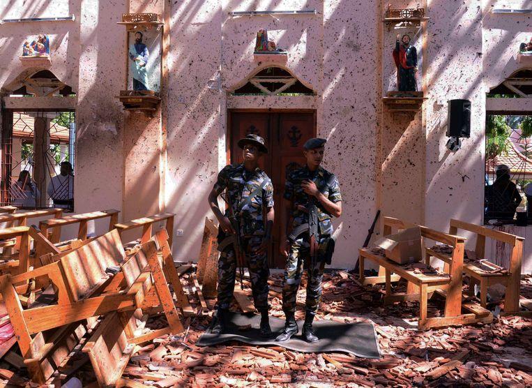 De ravage is groot in de kerk van Negombo.