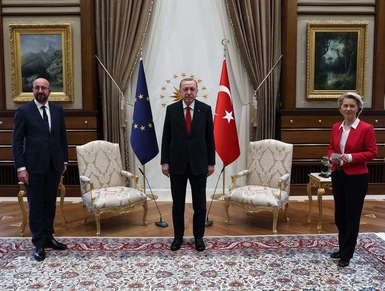 De Turkse president Erdogan had dinsdag in Ankara één chique zetel voor twee leiders van de Europese Unie.  Beeld EPA