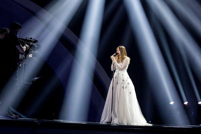 De witte lijkwade waarin Blanche aantrad tijdens de repetities, werd gewisseld voor een al even saaie zwarte jurk. Beeld RV Thomas Hanses