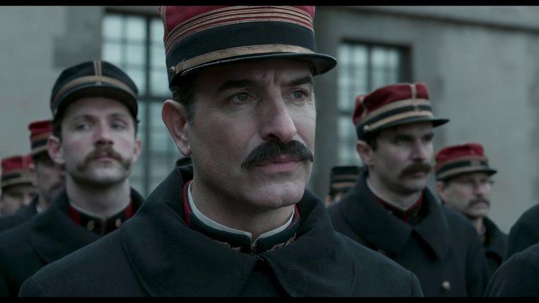 'J'accuse' neemt het standpunt aan van kolonel Georges Picquart (gespeeld door Jean Dujardin), die het voor Alfred Dreyfus opneemt.  Beeld RV