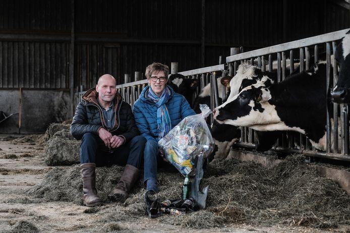 Boeren René van Hal en Wilma Roelofs uit Voorst met de berg afval die uit de wei is gehaald.