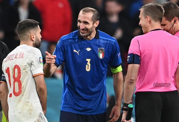 Giorgio Chiellini, hier met Jordi Alba voor de strafschoppenreeks tussen Italiën en Spanje op de kwartfinales van het EK.