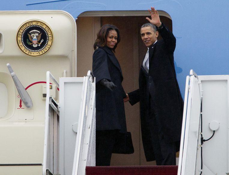 Barack en Michelle Obama stappen aan boord van de Air Force One, op weg naar de herdenking van Nelson Mandela in Zuid-Afrika. Beeld ap