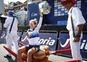 Ellen van Dijk toont, gezeten op wat kazen, haar Europese kampioenstrui.