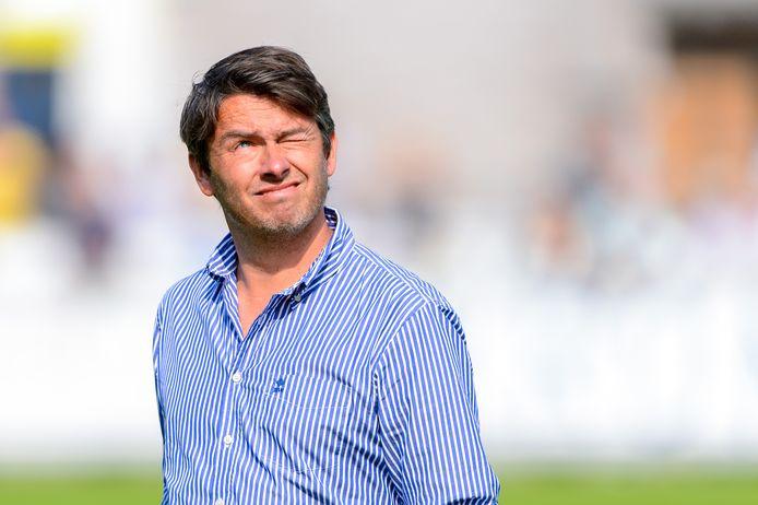 Lieven Gevaert kijkt voorafgaand aan het duel met FC Lisse tegen de zon in. Dinsdagavond staat de trainer met Hoek in de KNVB beker tegenover Stedoco.