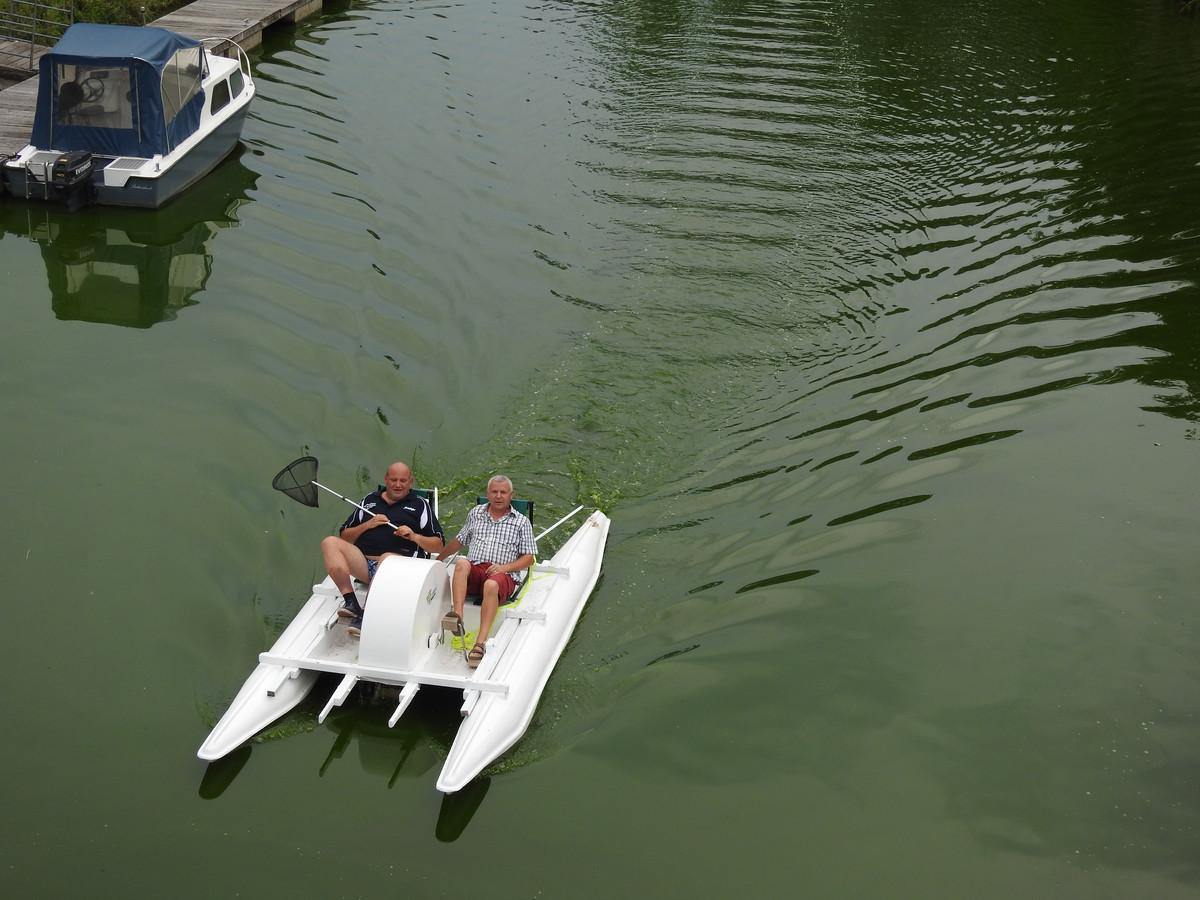 Yvan Roelandt (rechts) met toerismeschepen Alain Triest tijdens de eerste test op de Dender vorig jaar.