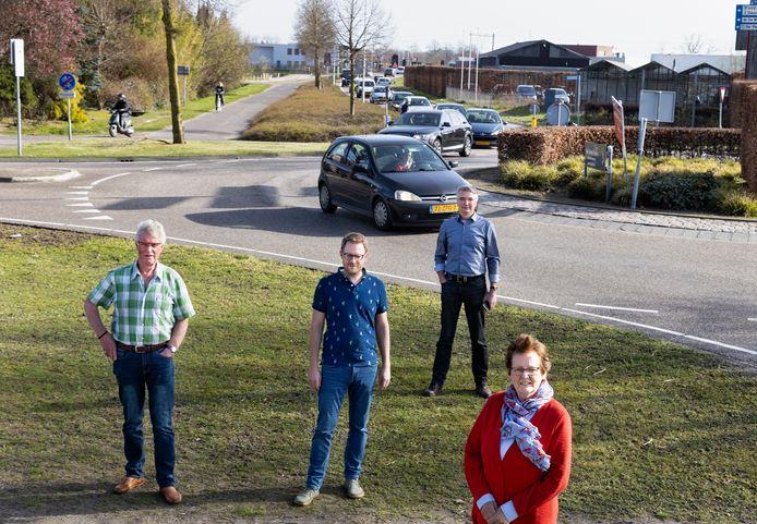 Een deel van de mensen die niet blij is met een spoortunnel voor hun neus: Jan Manders, Tom Goorts, Frank Beerens en Els Danen (vlnr)