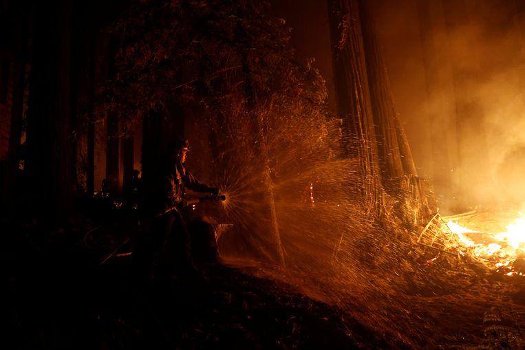 Brandweerman Anthony Quiroz vecht tegen de vlammen in Californië. Beeld REUTERS