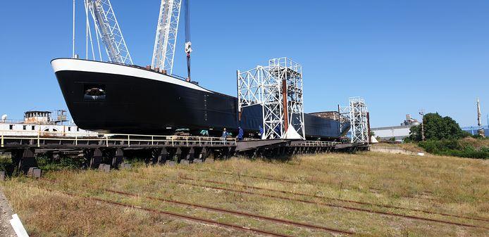 Het beunschip, dat ladingen als zand, grind en stenen vervoert, wordt in Zwijndrecht gebouwd.