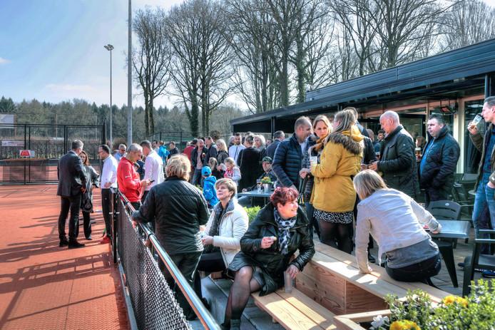 De accommodatie van Tennisvereniging De Bocht is vlakbij het scoutinggebouw.
