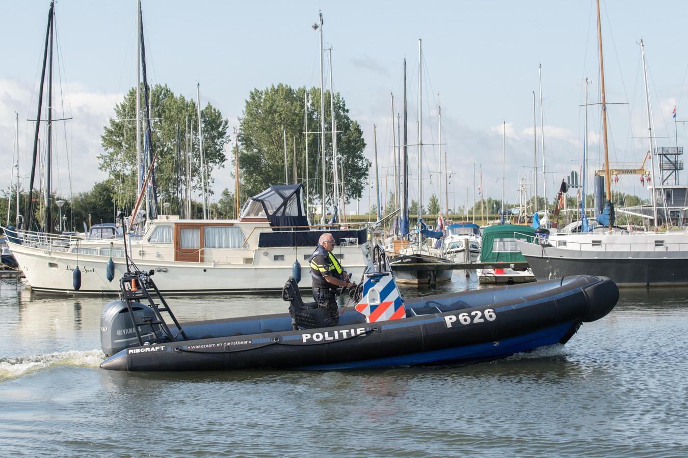 De waterpolitie vorig jaar in de haven van Zeewolde.