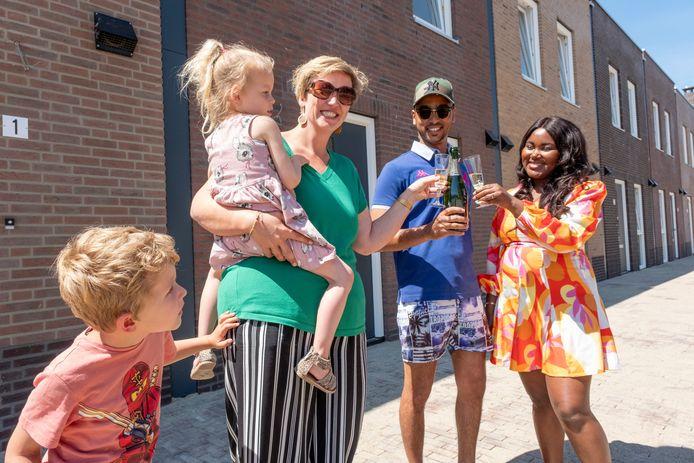 Manon de Graaf met kinderen Sam en Jonah heft het glas met haar nieuwe buren, Leroy Dilano Ponnuthurai en Namhla Mnyamana.