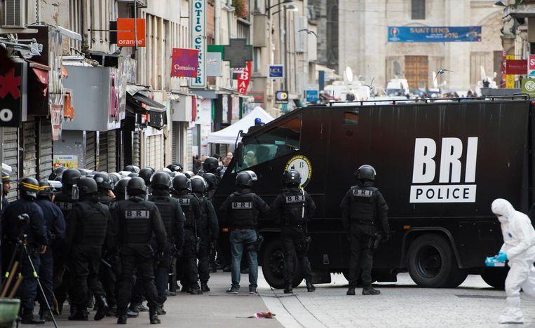 Beeld van de grote politiebelegering van een appartement in Saint-Denis op 18 november 2015. Beeld photo_news