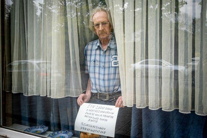 """HEIST-OP-DEN-BERG Julien Van Essch plaatste een bordje met """"Eenzame man zoekt eenzame vrouw"""" aan zijn raam"""