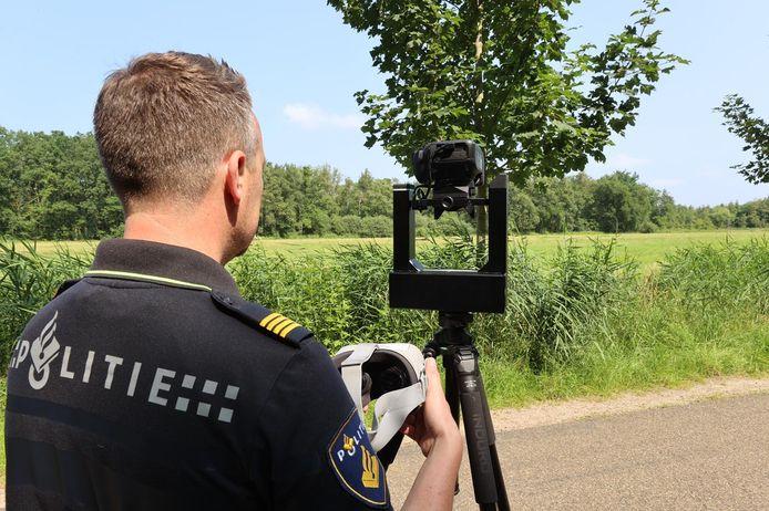 Expert van de politie in de weer met de 360 graden camera om de vindplek van Wies Hensen in beeld te brengen.