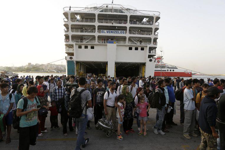 Vluchtelingen en migranten arriveren vanuit Lesbos in Athene. Beeld ap