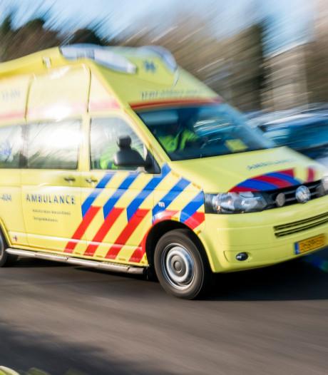 Auto raakt te water na aanrijding in Arnhem