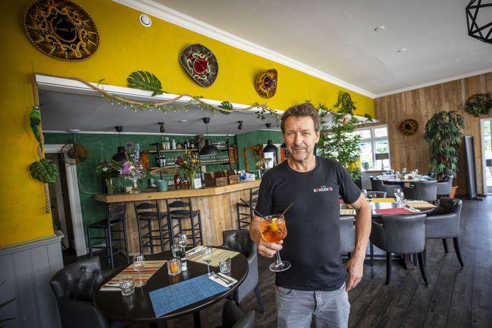 Gerard Schulten in zijn Zuidamerikaans restaurant Las Banderas in het pand van voorheen de Twentsche Taveerne in De Lutte.