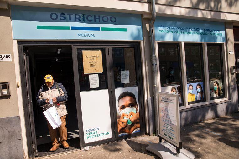 Mondkapjesimporteur Ostrichoo opende haar winkel aan de West-Kruiskade in Rotterdam op 5 mei. Ostrichoo importeert mondkapjes uit China. Beeld Arie Kievit