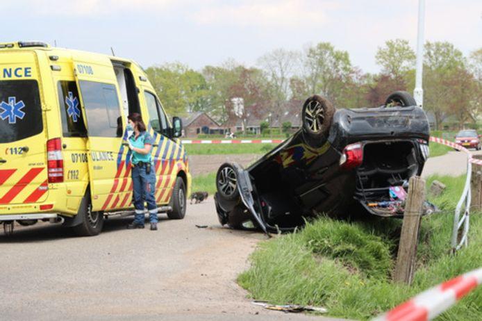 De auto is over de kop geslagen in Lunteren.