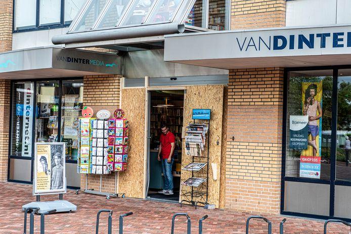 Bij kantoorboekhandel Van Dinter aan de Koorstraat 61 in Boxmeer is vannacht een ramkraak geweest. Alleen de kassa is meegenomen en verder niets.