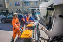 Het legen van de afvalcontainers gaat in een razendsnel tempo. Hier zijn Mairon Hellement en collega Kevin Mattheeuw (links) aan de slag in de wijk Vroondaal.