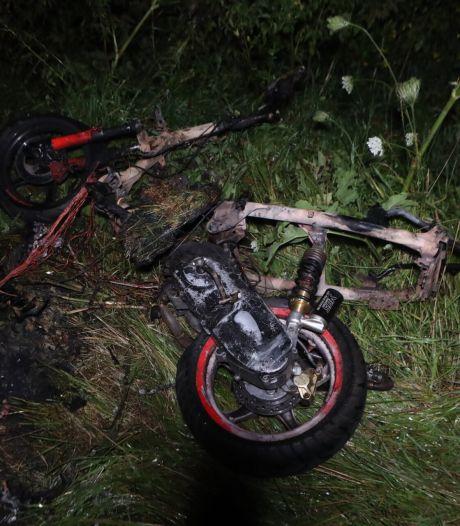 Brandweer dooft brandende scooter in berm Berlicum