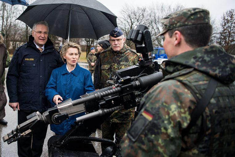 Minister van Defensie Von der Leyen met enkele militairen tijdens een trainingsmissie. Beeld EPA