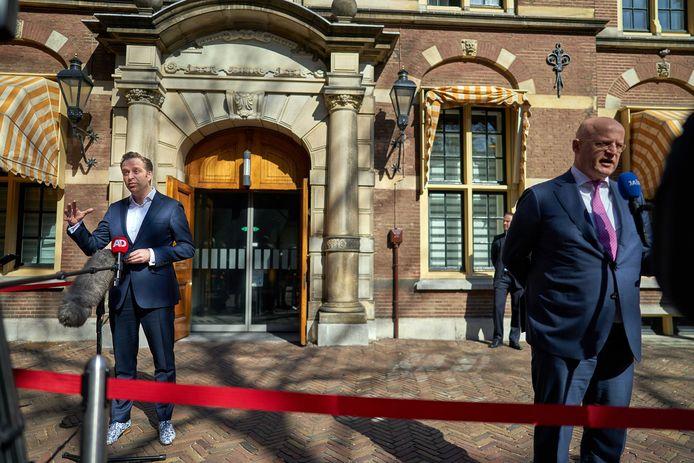 Demissionair Minister Hugo de Jonge van Volksgezondheid, Welzijn en Sport (CDA) vertrekt van het Binnenhof.