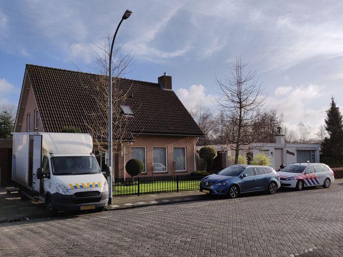 De politie bij het huis in Waalwijk.