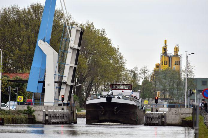 Tussen 2011 en 2016 is kanaal Almelo - De Haandrik opgewaardeerd voor grotere schepen. Er kunnen nu schepen van 700 ton door het kanaal.