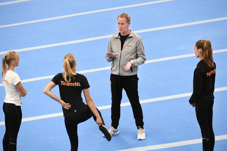 Vincent Wevers traint Naomi Visser, Lieke en Sanne Wevers.  Beeld ANP