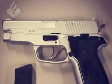 Politie na vondst nep-vuurwapen op middelbare school: vernietig ze voor je eigen veiligheid