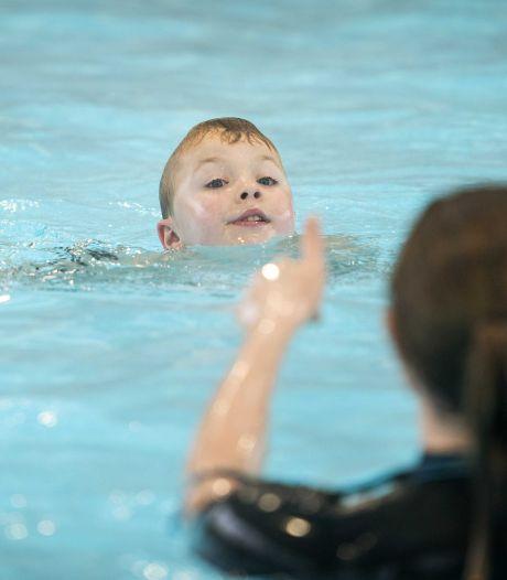 Wachtlijst van anderhalf jaar voor zwemles in Hardinxveld, maar zwemmen op zondag blijft heikel punt
